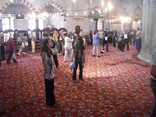 Внутри голубой мечети есть большое